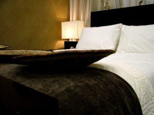 Pregrinjalo za posteljo ima tako funkcionalno kot estetsko vlogo